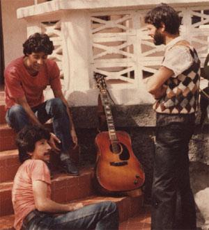 Amadeo, Tato y Emilio, en las escaleras de ARY Estudios